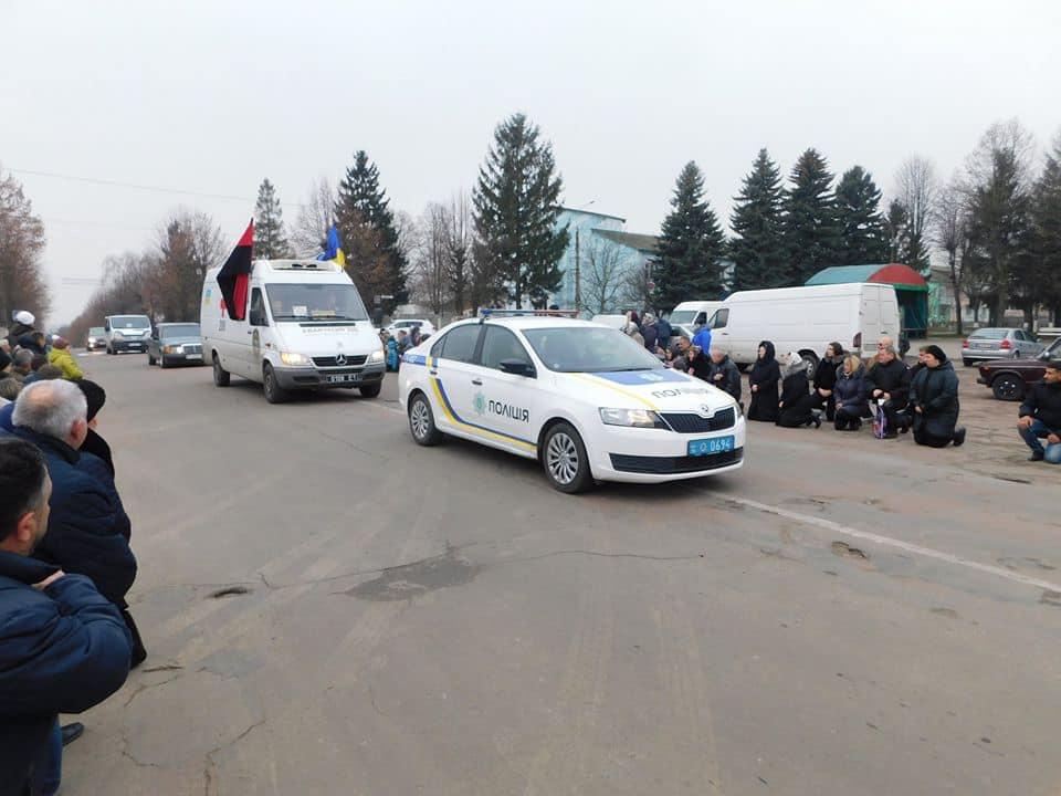 тіло загиблого в АТО Олексія Капустяна в колоні супроводу з почестями привезли до рідної Гощанщини