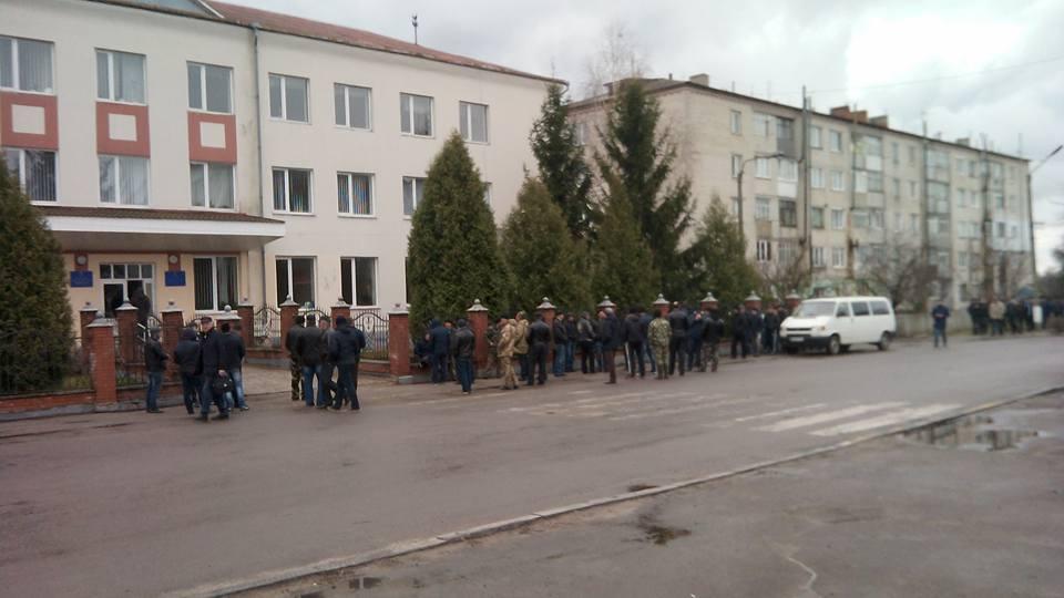 Бурштинокопачі пікетують Зарічненську райдержадміністрацію (ФОТО)