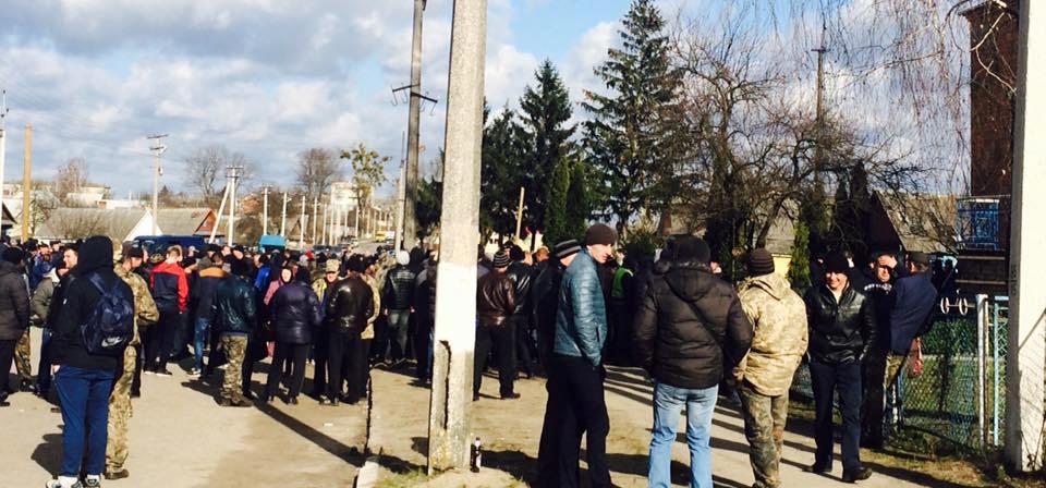 «Матимете ще один Донецьк!» - на Рівненщині бурштинокопочі пікетують райвідділ поліції (ФОТО)