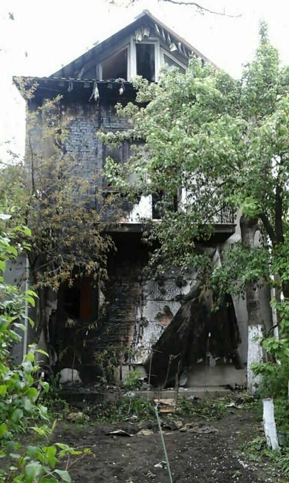 Рівненський активіст та учасник АТО Сергій Пандрак оприлюднив фото свого будинку, який підпалили напередодні вночі