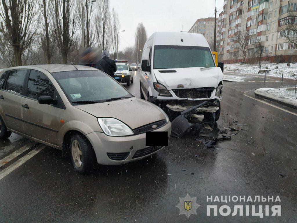 У Рівному на Макарова зісткнулись бус та легкове авто