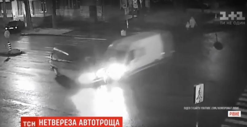 У Рівному чоловік викрав мікроавтобус та протаранив 5 авто