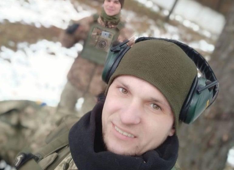 Вчора, 1 грудня, тіло загиблого в АТО Олексія Капустяна в колоні супроводу з почестями привезли до рідної Гощанщини. Патріота зустрічали на колінах