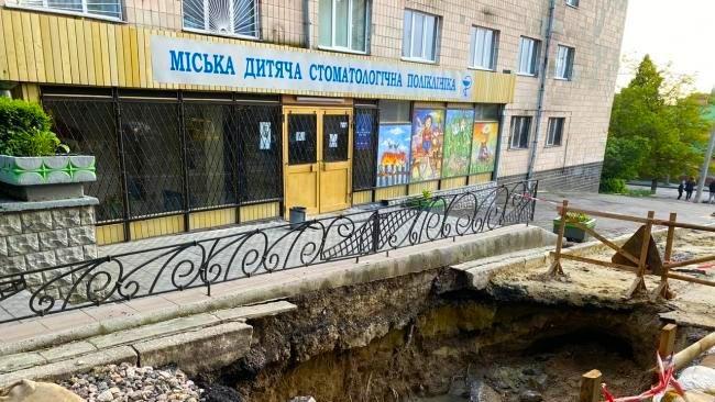 Провалля на вулиці М.Вовчка зникне із покращенням погоди у Рівному