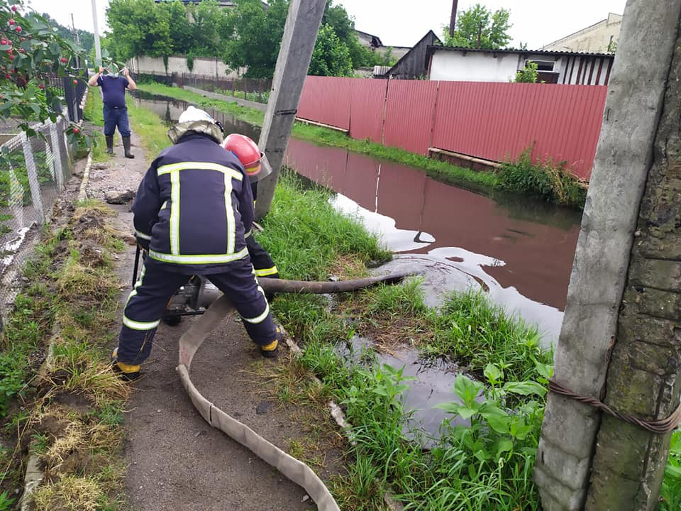 В Дубровиці після негоди бійці ДСНС рятували будинки від підтоплення