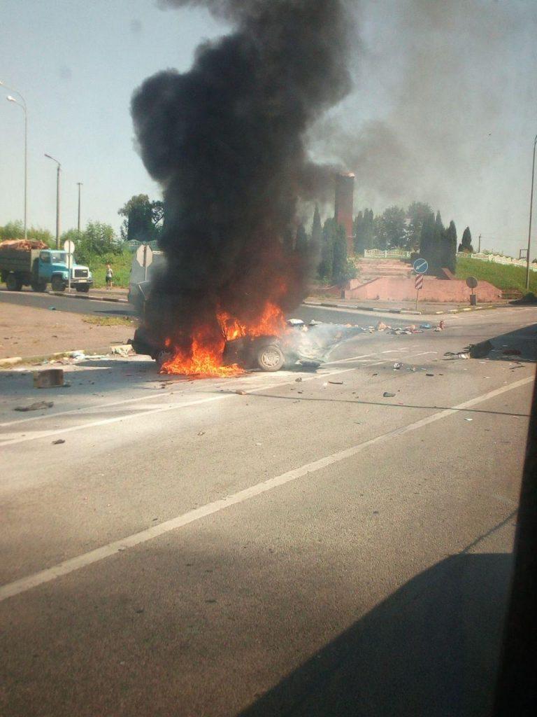 Дубенські рятувальники загасили авто, що загорілося внаслідок потрійної ДТП (фото)